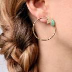 Joobee : Boucles d'oreilles créoles amazonite feuille Alice de Aurélie Joliff portées