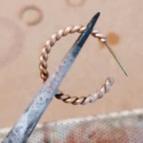 Boucles d'oreilles créoles tressées Liane de Un de Ces Quatre (atelier)