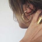 Joobee : boucles d'oreilles créoles en or martelé de Léone portées
