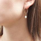 Joobee : boucles d'oreilles mini créoles perle de culture Mina de Moody Arty portées