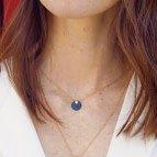 Joobee : collier pendentif nacre Bubinga noir de Maison Clairon porté