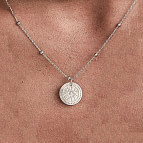 Joobee : collier médaille Céleste de Un de ces Quatre porté