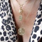 Joobee : collier long médaille Inès de Petite Madame porté
