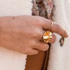 Joobee : bague dorée Helios de Un de Ces Quatre portée