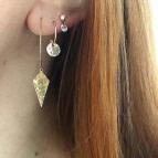 Joobee : Boucles d'oreilles créoles pendentif losange Léo de Stella Mai portées