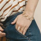 Bracelet gros anneaux Marine de Un de Ces Quatre porté