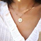 Joobee : collier médaille maille trombone Ajna de Mai porté