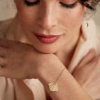 Bracelet feuille large Ginkgo de Nadja Carlotti porté