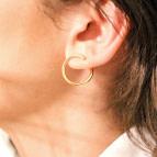 Joobee : boucles d'oreilles mini créoles de créateur Solenn de 4 Crosses portées