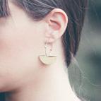 Joobee : boucles d'oreilles mini créoles demi-lune Luna de Amoodz portées