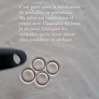 Joobee : boucles d'oreilles mini créoles médaille porcelaine Barbotine de Sissi 100Fils atelier