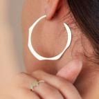 Boucles d'oreilles grandes créoles Dune de Nadja Carlotti portées