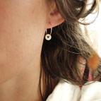 Joobee : boucles d'oreilles mini créoles médaille porcelaine Barbotine de Sissi 100Fils portées