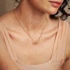 Collier pendentif feuille de Bijoux Nadja Carlotti porté
