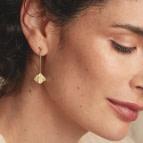 Boucles d'oreilles pendantes feuille Ginkgo de Nadja Carlotti portées