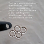 Joobee : collier médaille porcelaine Kaolin de Sissi 100Fils atelier