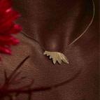 Collier pendentif Plum de Nadja Carlotti porté