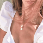 Joobee : collier médaille Madame de Petite Madame porté