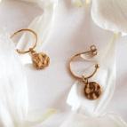 Joobee : Boucles d'oreilles mini créoles médaille or martelé de Léone