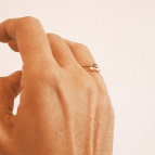 Joobee : bague petites perles Diana de Gisel b. portée