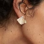 Boucles d'oreilles puces feuille Ginkgo de Nadja Carlotti portées