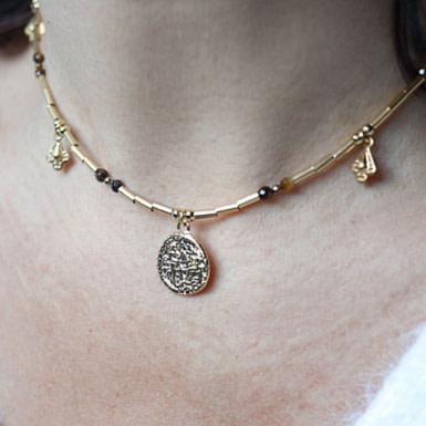 Joobee : collier médaille nacre Fès médaille de Petite Madame porté