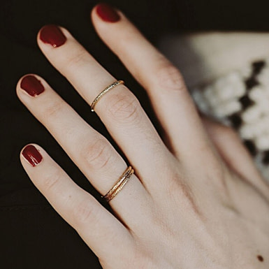 Joobee : bague anneau fin or martelé Rê de Un de Ces Quatre portée
