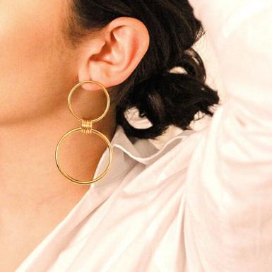 Joobee : Boucles d'oreilles créoles doubles or Olympe de 4 Crosses portées