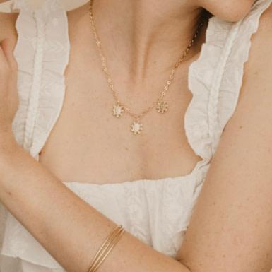 Joobee : collier Anémone de Un de Ces Quatre porté
