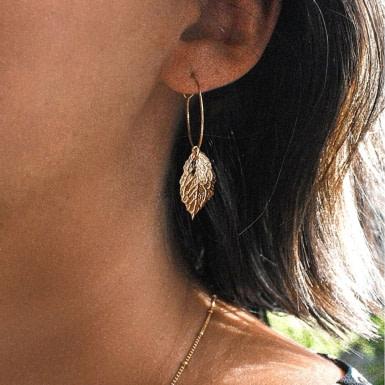 Joobee : boucles d'oreilles mini créoles feuille Carole de Ginandger portées