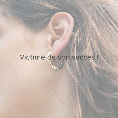 Joobee : boucles d'oreilles mini créoles or martelé Valéria de Elis Paris portées