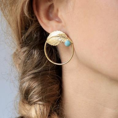 Joobee : Boucles d'oreilles créoles amazonite Leaf de Aurélie Joliff portées
