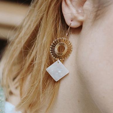Joobee : Boucles d'oreilles pendantes acétate Surya de Un de Ces Quatre portées