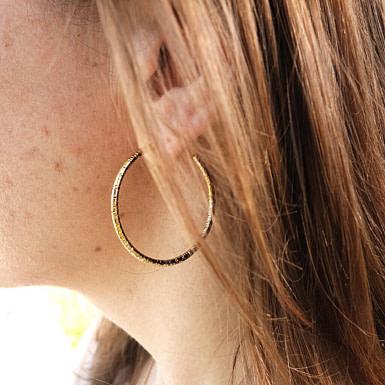 Joobee : Boucles d'oreilles créoles or martelé Martel de Sissi 100Fils portées