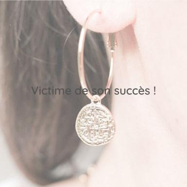 Joobee : boucles d'oreilles créoles médaille de Petite Madame portées