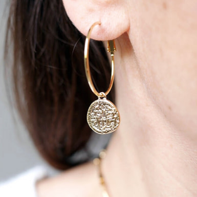 Joobee : boucles d'oreilles Médaille de Petite Madame portées