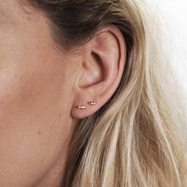 Joobee : Boucles d'oreilles puces asymétriques Serge de April Please portées