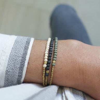 Joobee : bracelet perles en bois Jagua blanc de Maison Clairon porté