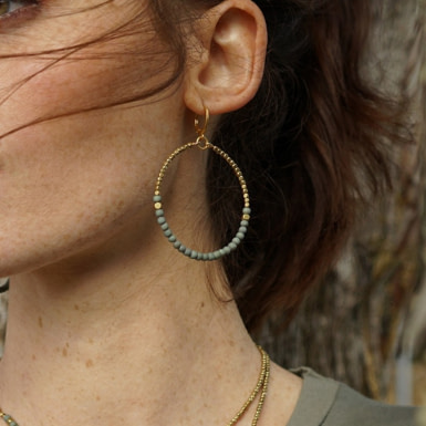 Joobee : Boucles d'oreilles créoles perles bois Aruba blanches de Maison Clairon portées