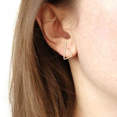 Joobee : boucles d'oreilles Triangles petites de Sissi 100Fils portées