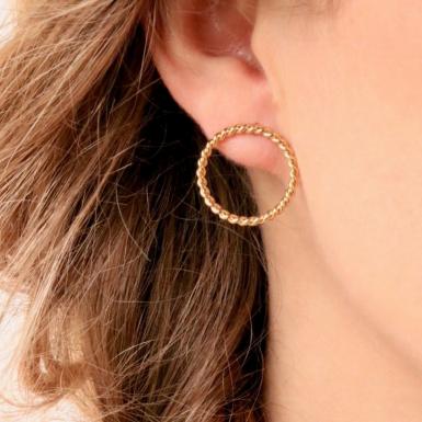 Joobee : Boucles d'oreilles mini créoles tressées Toscane de Aurélie Joliff portées