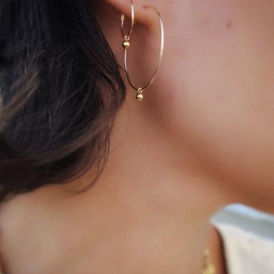 Joobee : Boucles d'oreilles mini créoles perle dorée Luce de Mai portées