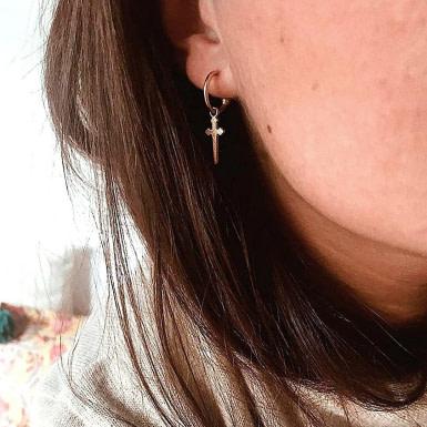 Joobee : boucles d'oreilles mini créoles épée de Léone portées