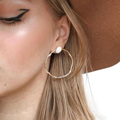 Joobee : Boucles d'oreilles créoles de créateur Edith de Ginandger portées