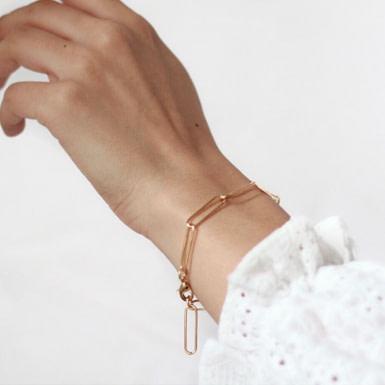 Joobee : bracelet maille rectangle Hugo de 4 Crosses porté