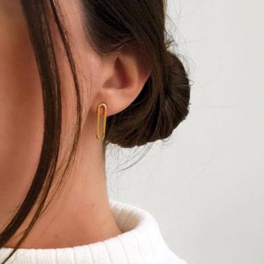 Joobee : boucles d'oreilles puces dorées Eternity de Helles portées