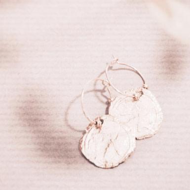 Joobee : Boucles d'oreilles mini créoles médaille martelée Fès de Anna Sottilotta