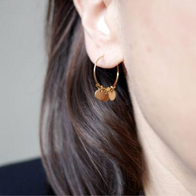 Joobee : Boucles d'oreilles mini créoles pampilles Eloïse de Petite Madame portées