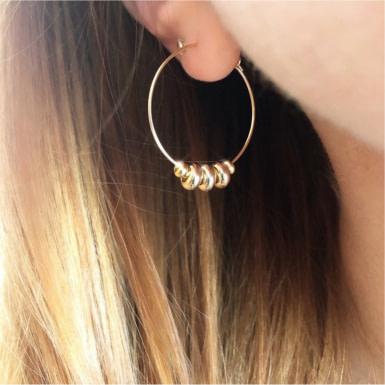 Joobee : boucles d'oreilles Aby de Stella Mai portées