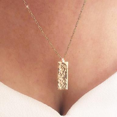 Joobee : Collier plaque or martelé Seja de Stella Mai porté